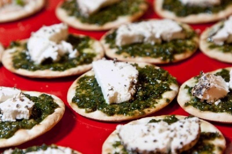 καναπεδάκια με πέστο και κατσικίσιο τυρί