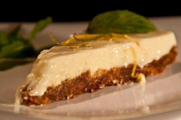 Lemon cheesecake with ginger biscuit base