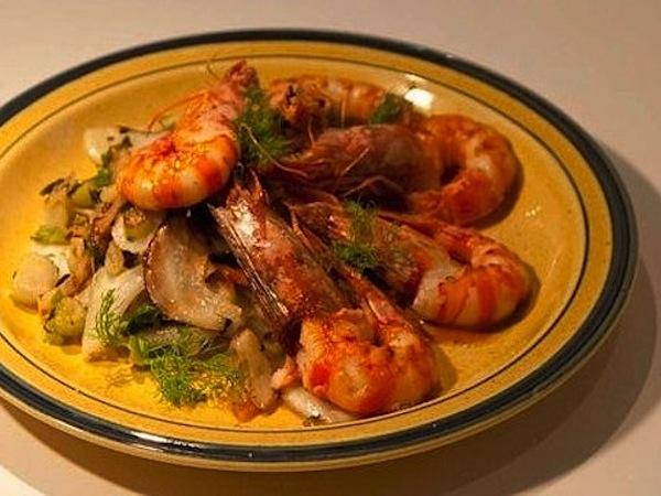 γαρίδες φλαμπέ με ούζο και φινόκιο
