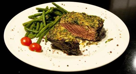 11 must πιάτα με κρέας από την γαλλική κουζίνα - μπριζόλα σε κρούστα μουστάρδας και πιπεριών