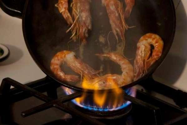 γαρίδες φλαμπέ με ούζο και φινόκιο - Ανάβοντας το τηγάνι από τις εστίες