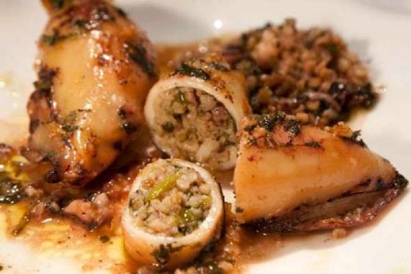 καλαμάρια γεμιστά με μυρωδικά και ούζο στο φούρνο