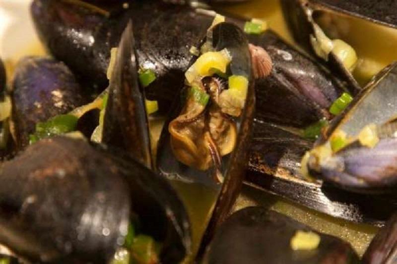 μύδια αχνιστά με ούζο & saffron