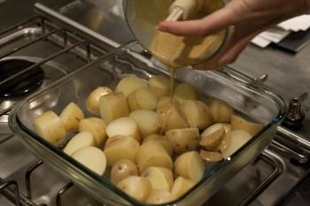 ετοιμάζοντας καραμελωμένες πατάτες φούρνου