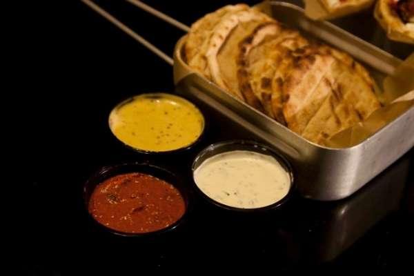 Πάπρικα delivery: μίνι πιτάκια με τρεις σάλτσες