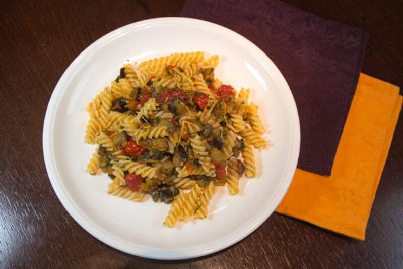 Καπονάτα Σικελίας με ζυμαρικά - βίδες με μελιτζάνες γλυκόξινες