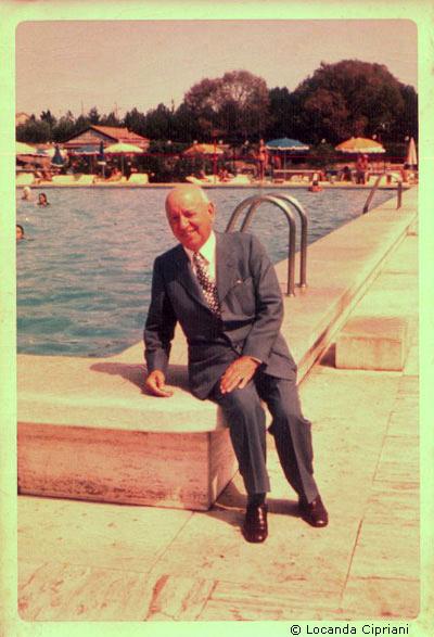 O Giuseppe Cipriani στην πισίνα του ξενοδοχείου Cipriani