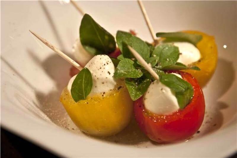 Ορεκτικά ντοματάκια γεμιστά με μοτσαρέλα & ένα τραγανό μυστικό