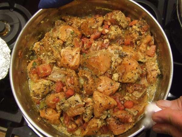 σολομός στον ατμό με σπόρους μουστάρδας και ντομάτα (bhapey)