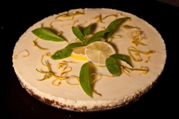 lemon cheesecake with ginger biscuits