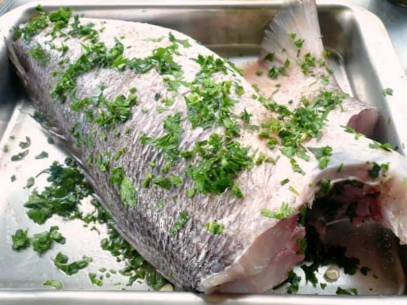 Μεγάλο ψάρι πριν το ψήσιμο για Αθηναϊκή μαγιονέζα
