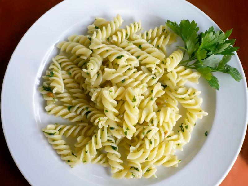 μακαρόνια με ελαιόλαδο και σκόρδο - μακαρόνια αλ ολιο - αλιο όλιο - aglio e olio & peperoncino - μακαρόνια με σκόρδο και λάδι