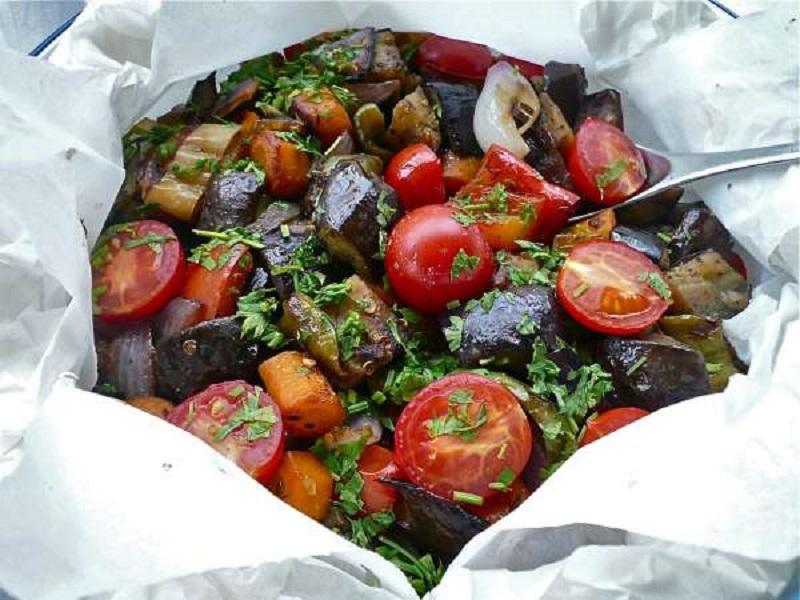 λαχανικά στη λαδόκολλα και πακέτο (με λεξικό) στο τραπέζι