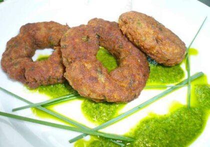 Δακτυλίδια από κιμά με πράσινη σάλτσα μέντας