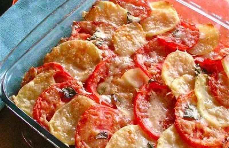 πατάτες στο φούρνο με ντομάτες: συνοδεία σε χαλαρό ντεκλίκ