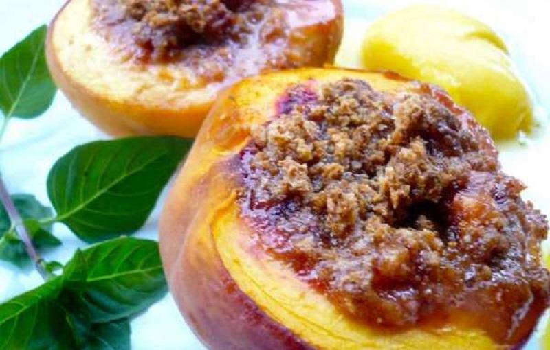 Ροδάκινα γεμιστά με Amaretto: ντιμπέιτ γλύκας & πικραμύγδαλου