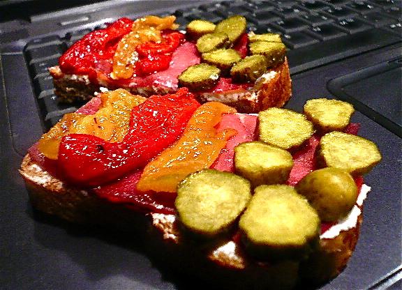sandwich me kapnisto jambon apo elafi kai psites piperies