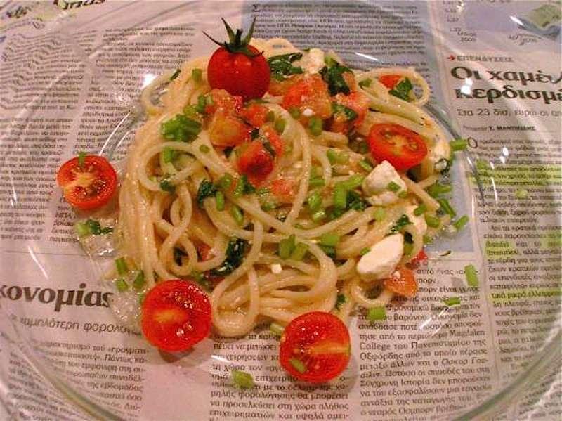 crudaiola ελληνική - σπαγγέτι με ντοματίνια, φέτα και μαϊντανό