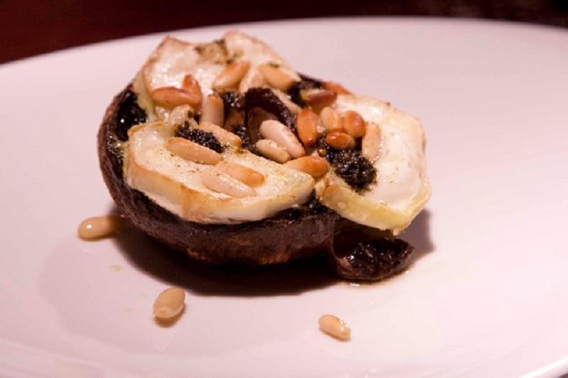 portobello μανιτάρια γεμιστά με chèvre και πέστο