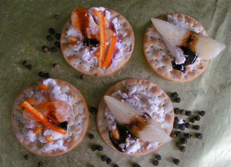 μπουκιές με φρούτα πιπέρι και τυρί