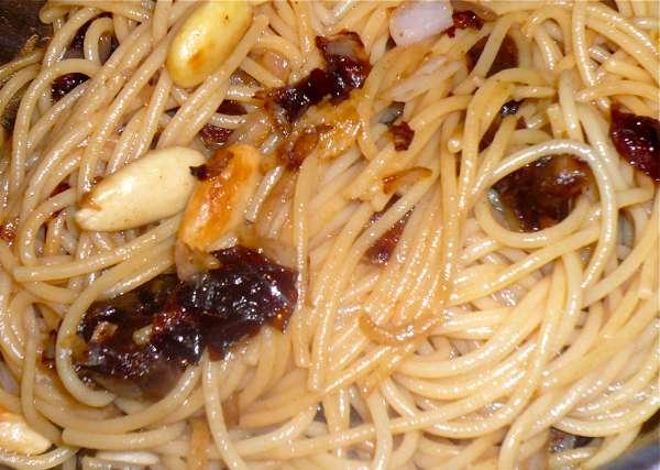 συνταγή σπαγγέτι με κινόα, χουρμάδες και αμύγδαλα