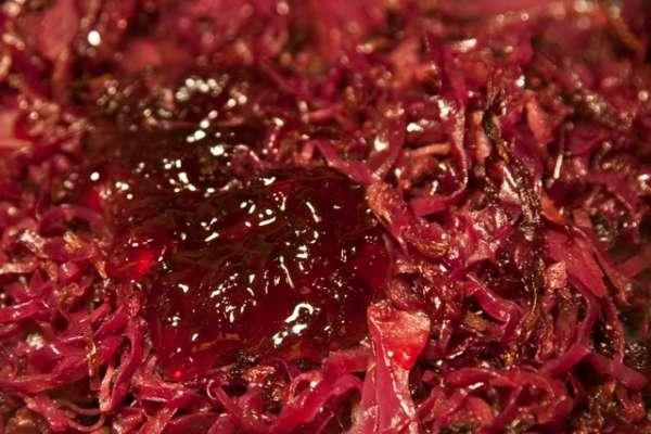 συνταγή γλυκόξινο κόκκινο λάχανο με μήλο και μπαχάρια
