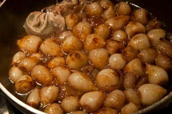 μοσχάρι μπουργκινιόν βήμα-βήμα: τα κρεμμύδια - μοσχάρι γαλλικές συνταγές