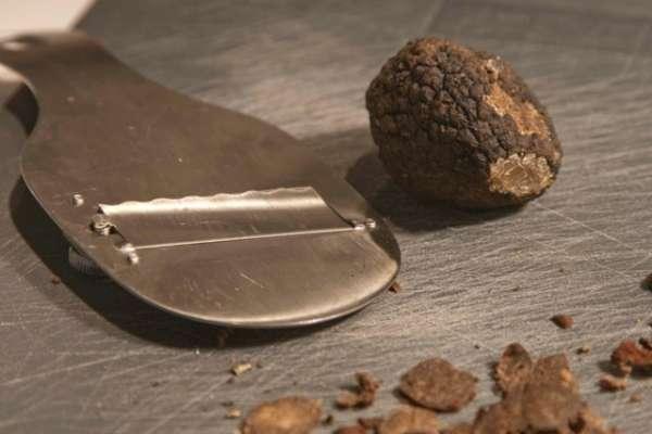 μαύρη τρούφα και ο ειδικός κόφτης - συνταγή σπαγγέτι με τρούφα