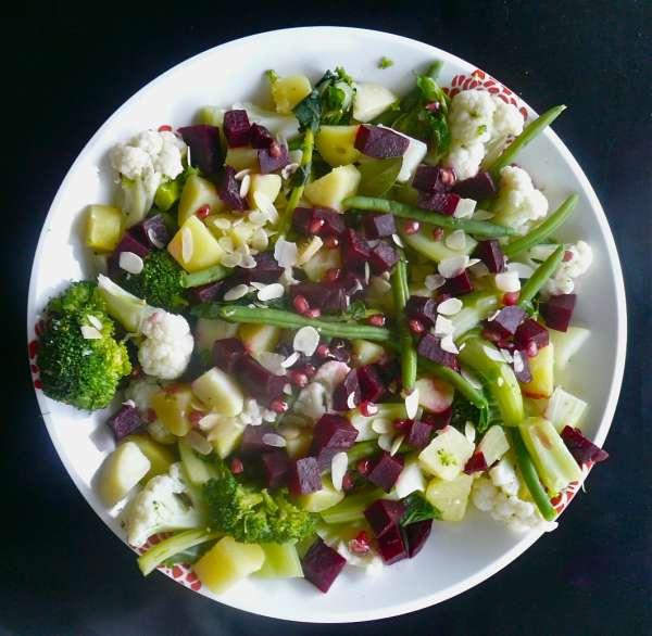 xειμωνιάτικη σαλάτα με ρόδι και λαχανικά