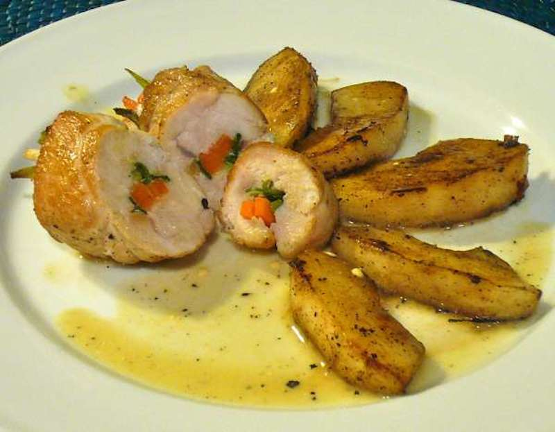 γεμιστά ρολά κοτόπουλου με λαχανικά & σάλτσα κρασιού