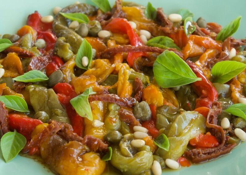 Σαλάτα με ψητές πιπεριές, σκόρδο, κάπαρη και σάλτσα μπαλσάμικο