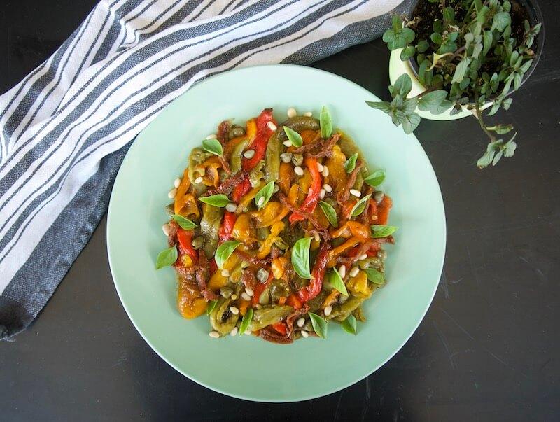 Σαλάτα με πολύχρωμες ψητές πιπεριές, σκόρδο, κάπαρη, λιαστή ντομάτα, κουκουνάρι και σάλτσα μπαλσάμικο