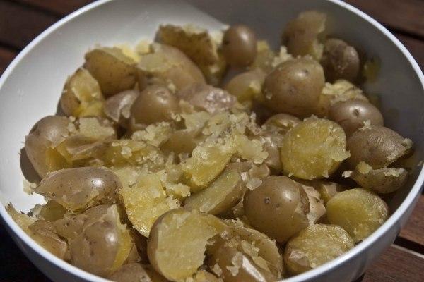 πατάτες με τη φλούδα τους για πατατοσαλάτα