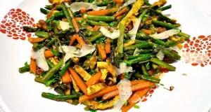 σαλάτα με σπαράγγια και κορδέλες ομελέτας