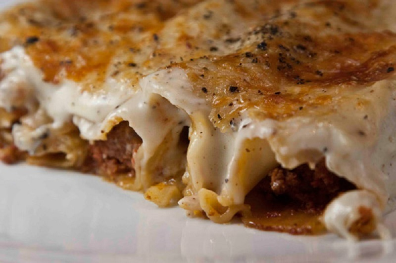 Meat cannelloni with bechamel sauce