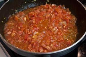 Ετοιμάζοντας τσάτνεϊ ή ρέλις ντομάτας