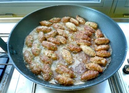 σουτζουκάκια με κύμινο: τηγάνισμα