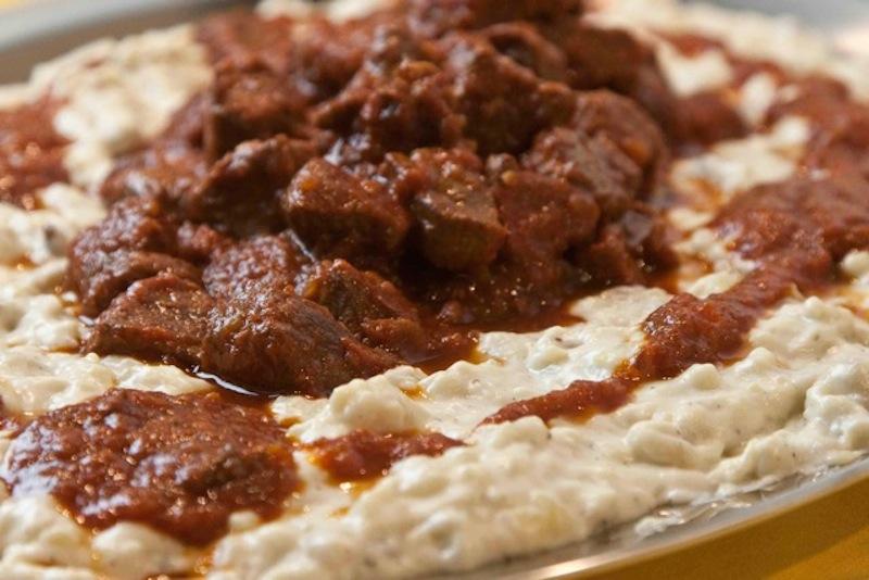 χουνκιάρ μπεγεντί: κοκκινιστό κρέας με πουρέ μελιτζάνας