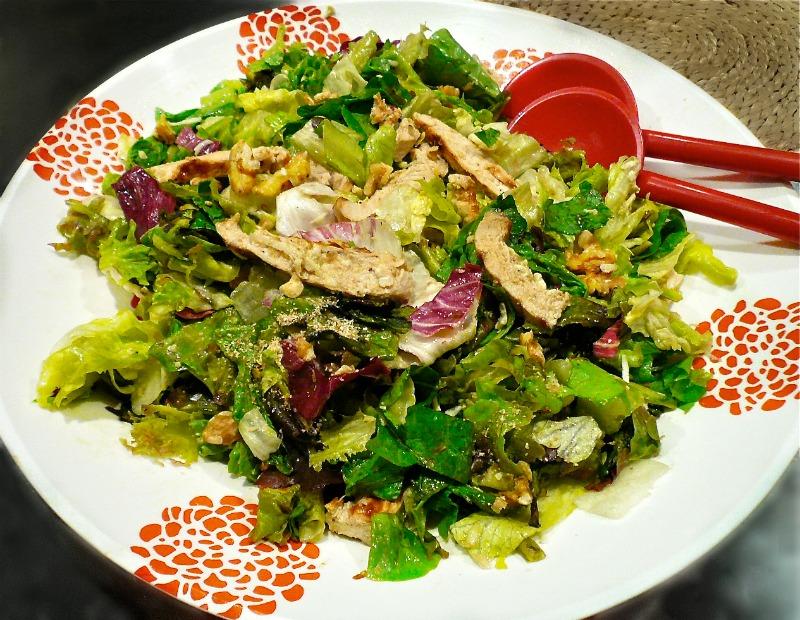 πολύχρωμη σαλάτα με κοτόπουλο ψητό