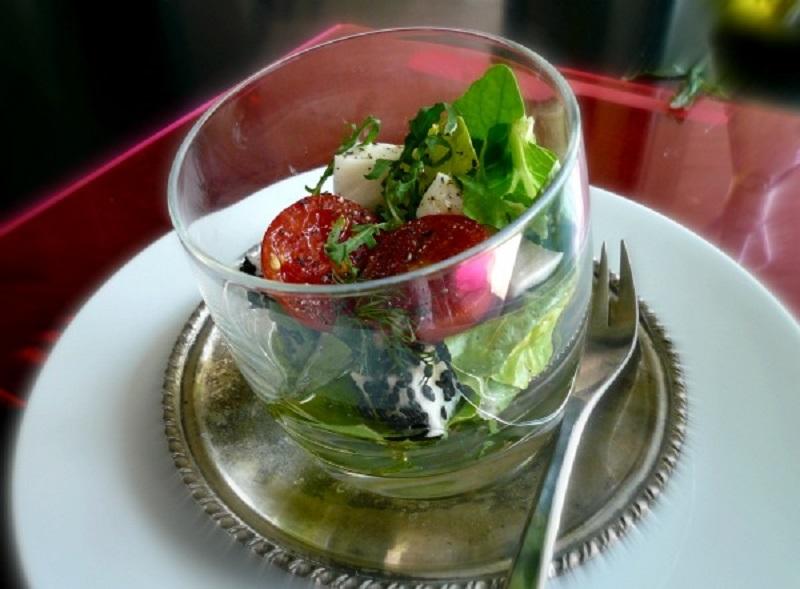 πράσινη σαλάτα με φέτα μοτσαρέλα σουσάμι κύμινο