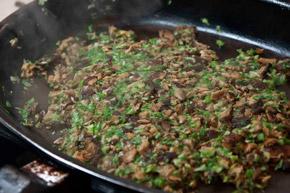 σοταρετε το μιγμα μανιταριών στο τηγάνι - φιλέτο με μανιτάρια ουέλιγκτον