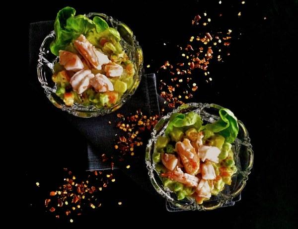 γαρίδες με λαχανικά, χουρμάδες και πικάντικο αβοκάντο
