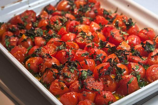 ψητά ντοματίνια με σκόρδο και μαιντανό στο φούρνο