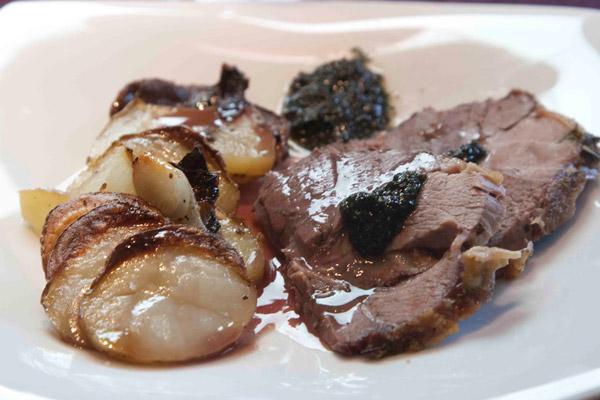 αρνάκι Ουαλίας με πατάτες μπουλανζέ στο πιάτο, με σάλτσα μέντας και γκρεϊβι