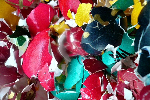 egg debris - πολύχρωμα απομεινάρια αυγών - τσόφλια