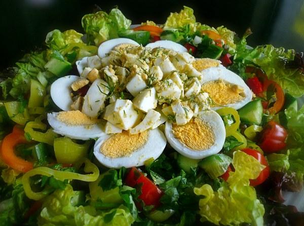 αυγοσαλάτα πολύχρωμη με μαρούλι και λαχανικά