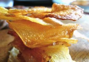 σπιτικά τραγανά τσιπς πατατάκια στο φούρνο