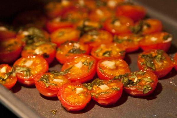 ντοματίνια με σκόρδο και μαϊντανό στο φούρνο συνοδευτικά σε αρνάκι Ουαλίας