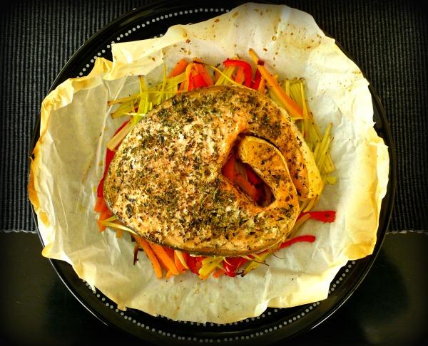 σολομός ψητός στο χαρτί με αρωματικά και λαχανικά