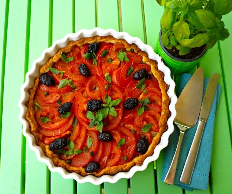 τάρτα με ντομάτες και βασιλικό στο καλοκαίρι